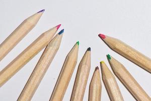 algunos lápices de colores sobre un fondo blanco foto