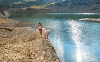 corriendo cerca del lago de montaña foto