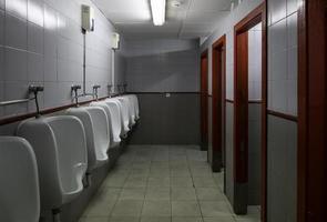 interior del baño de hombres foto