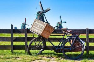 bicicleta con molino de viento y fondo de cielo azul. foto