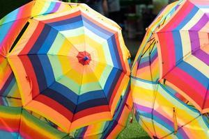 multicolor de paraguas abiertos foto