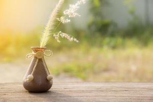 flor de hierba en el jarrón, enfoque selectivo foto