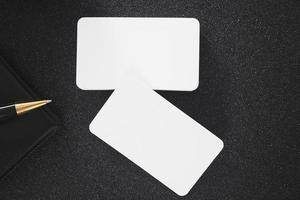 maqueta de tarjeta de visita en blanco en la mesa para el diseño de contacto comercial foto