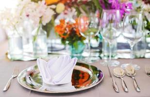 Ajuste de la mesa para un evento de boda o cena, con flores. foto