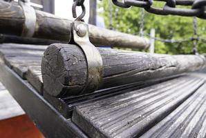 puente de troncos de madera foto