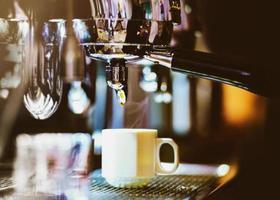 máquina de café espresso preparando un café foto