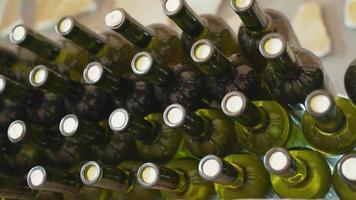 Botellas de vino apiladas en una bodega. video