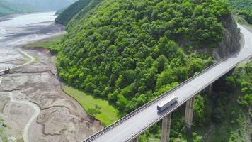 Dos enormes camiones conduciendo sobre un puente. video