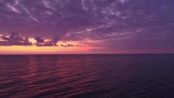 veduta aerea di cieli viola sul mare calmo al tramonto video