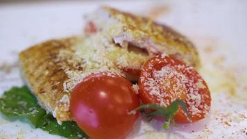 Hühnersteak mit Tomaten video