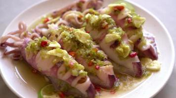 calamars ou poulpes cuits à la vapeur avec des citrons verts épicés video