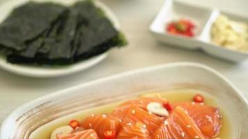 salmão fresco cru molho de soja em conserva video