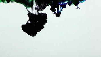 inchiostro colorato astratto sparso sott'acqua video