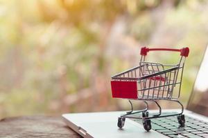 Concepto de compras en línea - carrito de compras vacío en el teclado del ordenador portátil foto