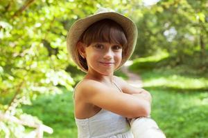 alegre niña sonriente en un sombrero foto