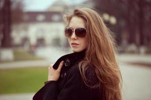 hermosa mujer joven en gafas de sol de moda foto