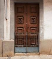 Puerta de madera cerrada en un edificio antiguo foto