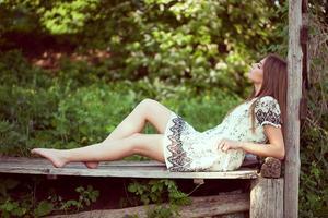 chica en un vestido de verano acostada y relajándose foto