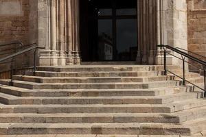 escalera de piedra con pasamanos foto