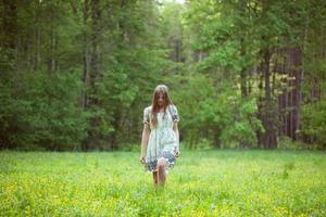 mujer joven caminando foto