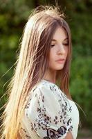 hermosa chica de pelo largo foto