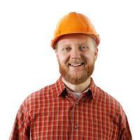 Hombre barbudo en un casco protector de construcción foto