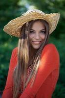 linda chica con un sombrero de paja foto
