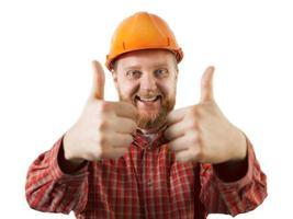 Hombre alegre en un casco de construcción naranja foto