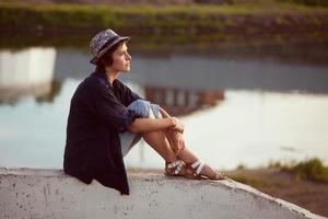 mujer joven se sienta y descansa foto