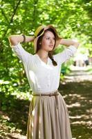 hermosa mujer joven en un elegante sombrero foto