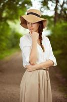 elegante, mujer joven, en, un, sombrero foto