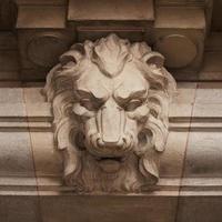 hocico feroz león tallado en piedra foto