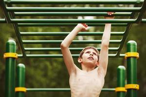 ejercicio adolescente en el patio de recreo foto