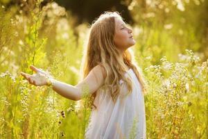 feliz chica rubia de flores silvestres foto
