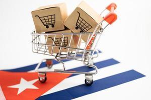 caja con logo de carrito de compras y bandera de cuba, importación y exportación foto