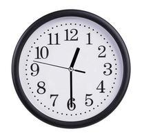 el reloj de la oficina muestra la mitad de la primera foto