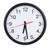 reloj redondo muestra la mitad de la séptima foto