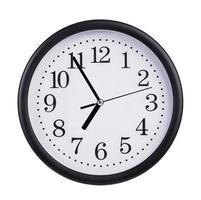 el reloj de la oficina muestra casi las siete en punto foto