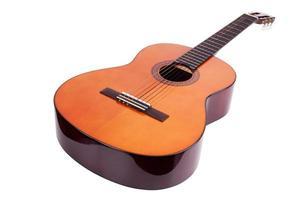 Guitarra acústica de madera sobre fondo blanco. foto