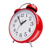 Despertador rojo sobre fondo blanco. foto