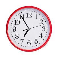 de cinco a siete en un reloj redondo foto
