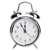 cinco minutos para las doce en un reloj despertador foto