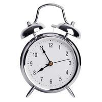 cinco minutos para las ocho en un reloj despertador redondo foto