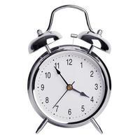 cinco minutos para las cuatro en un reloj despertador foto