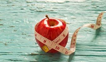 manzana roja y medir en tono de color vintage pastel foto