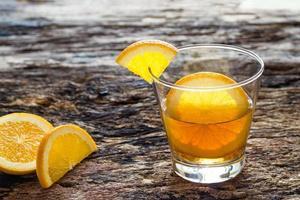 agua infundida, agua dietética detox de naranja en vaso foto