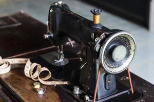 Máquina de coser vintage sobre fondo oscuro foto