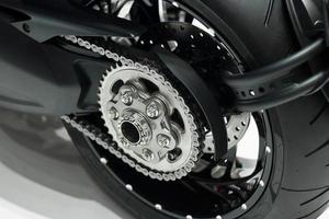 Detalle de una cadena y marcha trasera de motocicleta foto