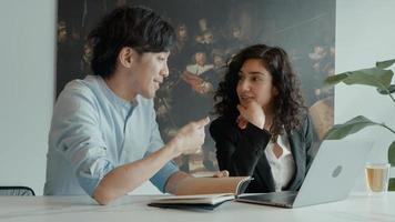 mujer y hombre, en la mesa, con, computador portatil, teniendo conversación foto