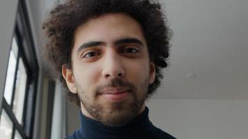 Cerca del joven hombre de Oriente Medio foto
